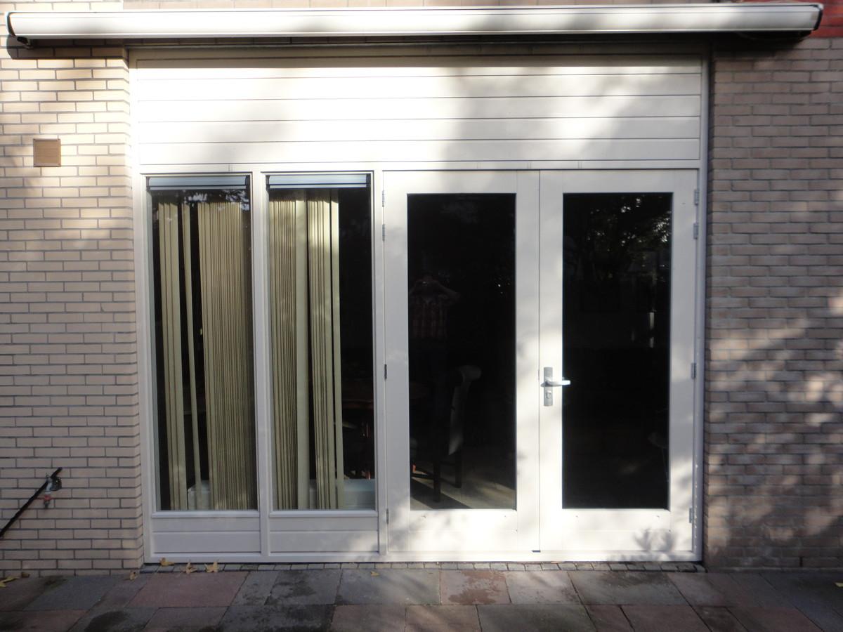 Kozijn met dubbele deuren, zijlichten en gegroefde panelen bovenin het kozijn Kweekgrasstraat Almere