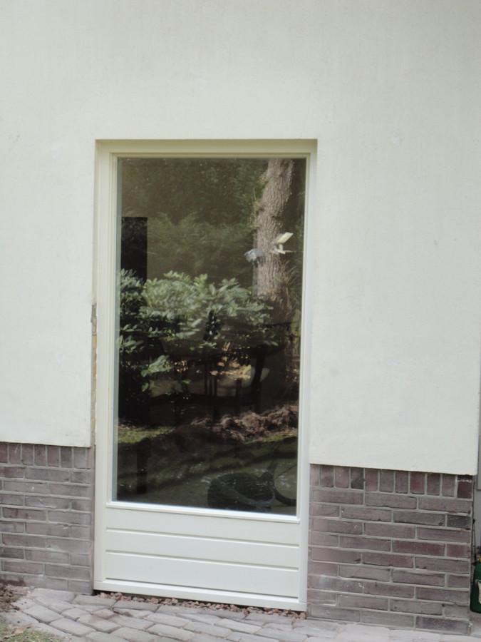 Vast glas kozijn met borstwering in muur gezaagd Wilhelminalaan Putten