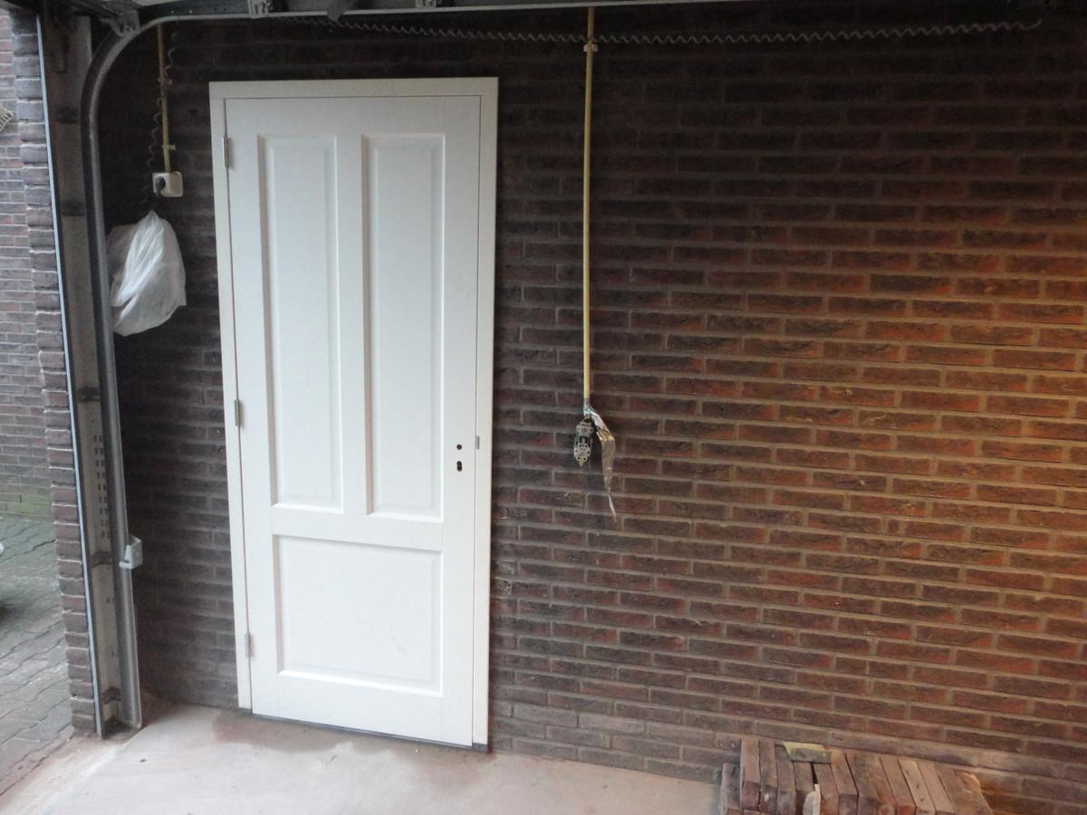 Deur ingezaagd in garagemuur Vlinderlaan Nijkerk