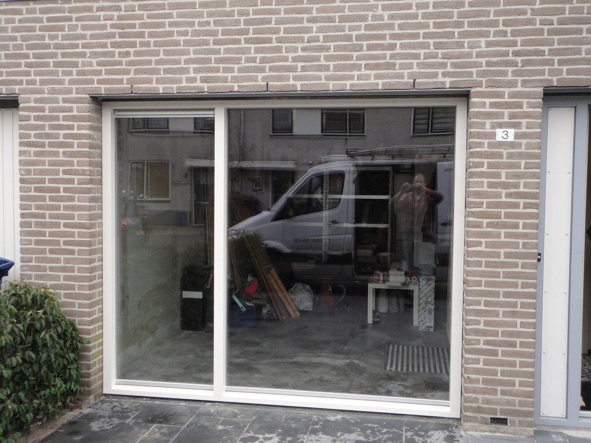 Vast glas kozijn i.p.v. garagedeur Leonhard Bernsteinstraat Almere